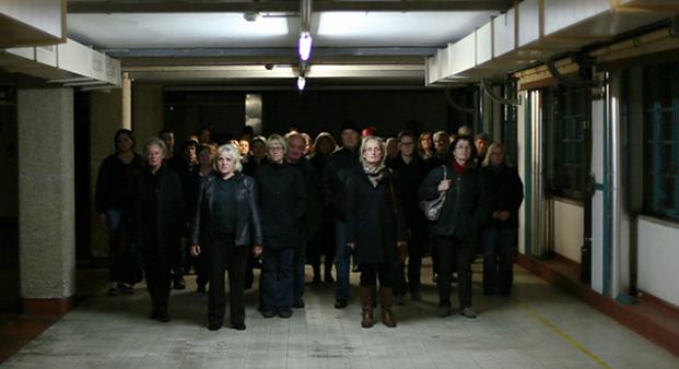 Die ArbeiterInnen verlassen die Fabrik